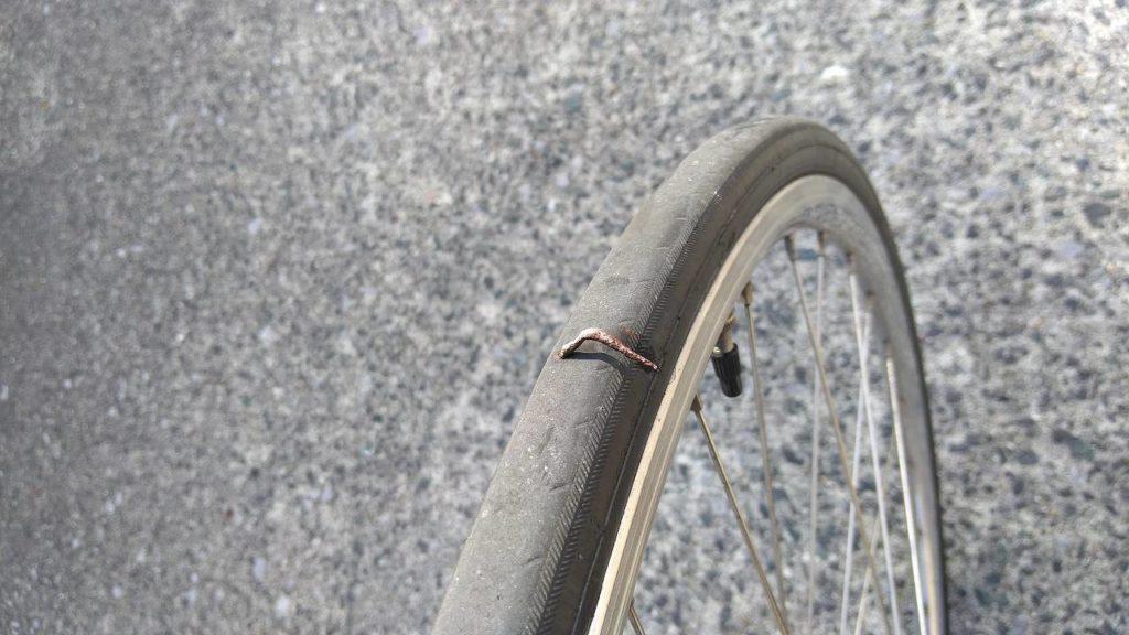 釘がささったタイヤ