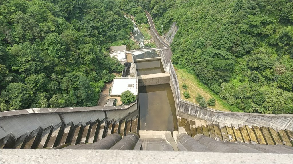 小里川ダムをのぞき込むと