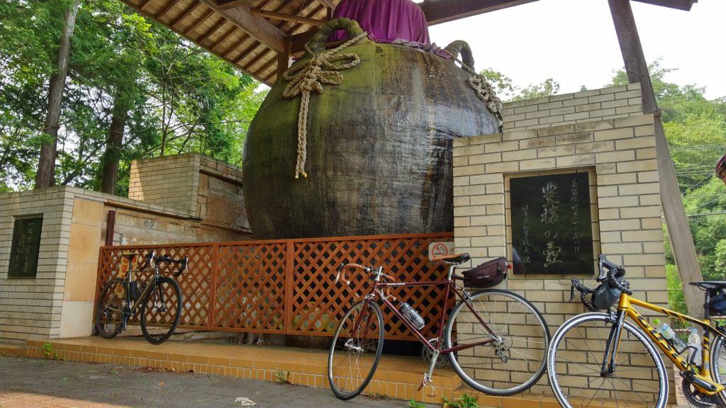 世界一の茶壷とロードバイク