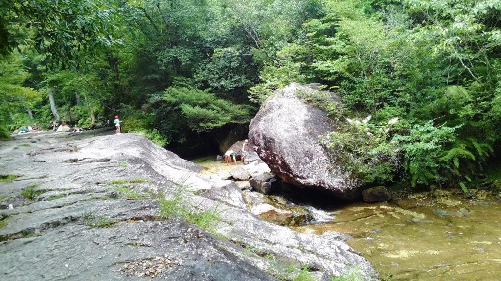 乳岩渓入口あたりの水遊びスポット